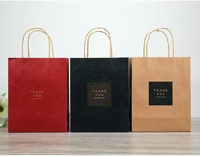 Cách thiết kế, phối màu trên túi giấy kraft tạo cảm giác tươi mới hơn.