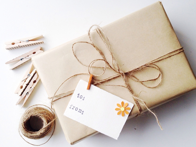 Tái sử dụng túi giấy kraft để gói quà.