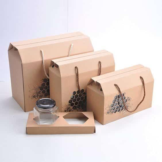 """Vừa giống như một chiếc túi xách của các quý cô, vừa giống như một chiếc hộp thực phẩm, sự kết hợp này mang đến vẻ """"thanh lịch"""" lạ thường. Mẫu thiết kế này phù hợp hơn với thực phẩm dạng khô như các loại hạt, hay thực phẩm có hộp thủy tinh chứa đựng. Bạn không chỉ nâng cao giá trị sản phẩm nhờ những mẫu túi giấy độc đáo như vậy mà khách hàng của bạn có thể tái sử dụng túi giấy cho mục đích khác."""