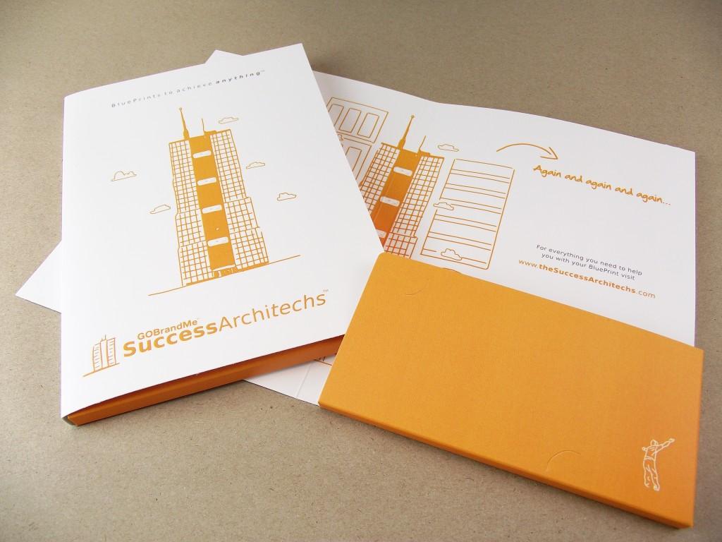 Thiết kế 2 màu trắng, cam đơn giản nhưng làm nổi bật được sản phẩm.
