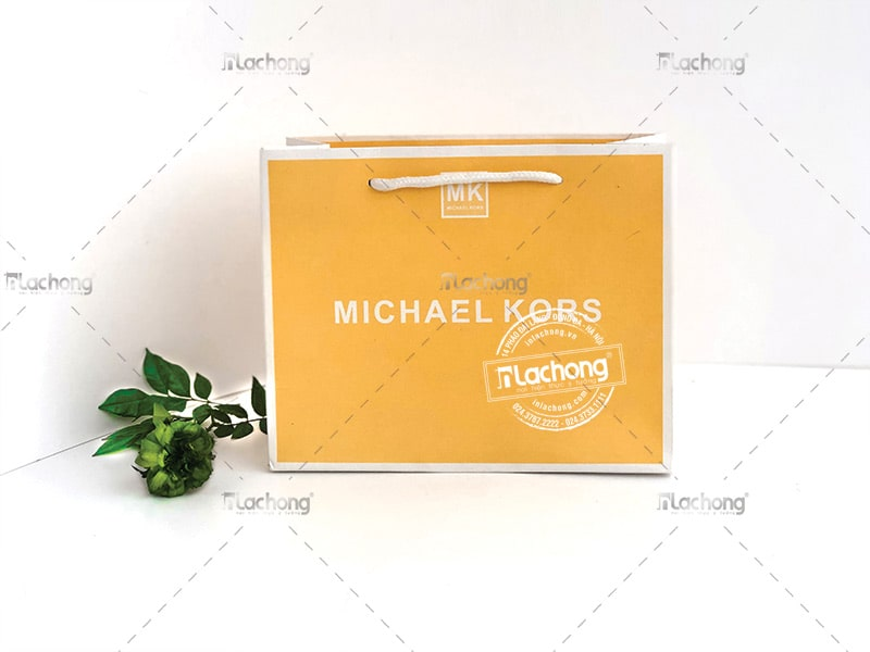 In túi giấy Michanel Kors với gam màu vàng nghệ bắt mắt.