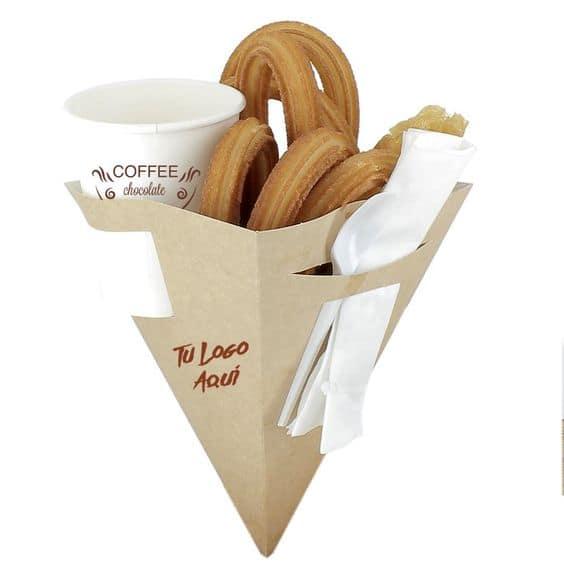 Đơn giản nhưng không làm giảm mức độ độc đáo. Đây là mẫu bao bì đựng đồ ăn nhanh được thiết kế với hình chóp vuông không quai tiện dụng 3 trong 1. Với thiết kế thông minh, vừa có thể đựng đồ ăn, vừa đựng cafe và vật dụng đi kèm.