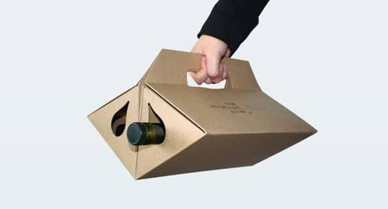 Thay vì phải đựng liểng kiểng trong thùng carton và lo sợ những chai rượu quý va đập vào nhau, bạn hoàn toàn có thể sử dụng mẫu túi hộp có độ tiện dụng cao. Mỗi ngăn chứa đựng một chai với chất liệu carton cứng chịu được khối lượng nặng. Nếu bồi thêm lớp giấy mỹ thuật bên ngoài, chắc chắn mẫu túi này sẽ còn độc đáo hơn, đồng thời tăng độ nhận diện thương hiệu.