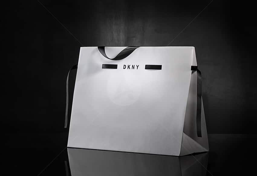 In túi giấy với quai dây lụa.