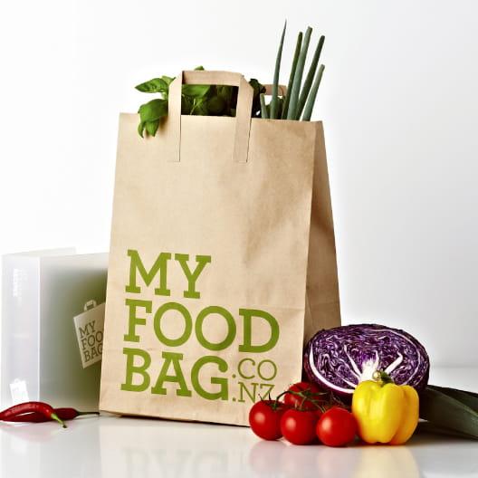 Túi giấy có thể tái sử dụng để đựng thực phẩm cho các bà nội trợ.