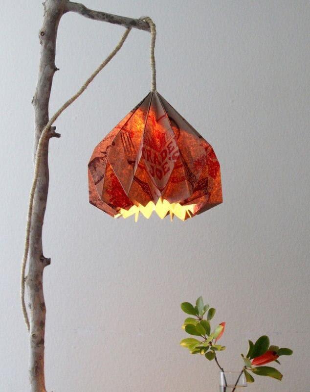 Tái sử dụng túi giấy làm đèn lồng.