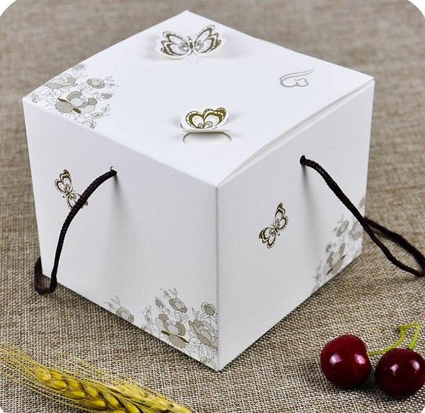 Mẫu hộp bánh được luồn thêm dây, khi cầm sẽ chắc chắn hơn.