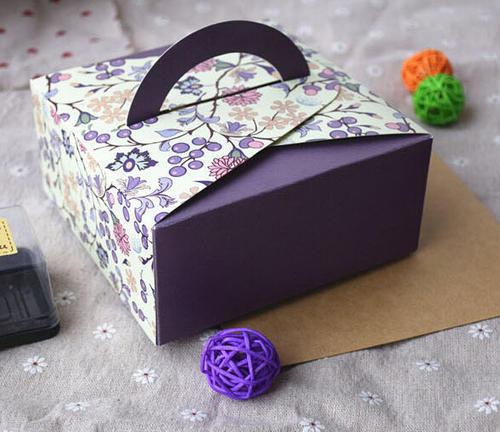 Các chi tiết thiết kế đồng màu với hộp sẽ tạo cảm giác thống nhất, hài hòa hơn cho hộp giấy đựng bánh.