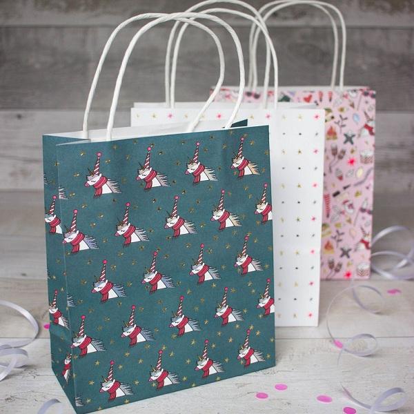 Thiết kế túi giấy đựng quà tặng cực dễ thương.