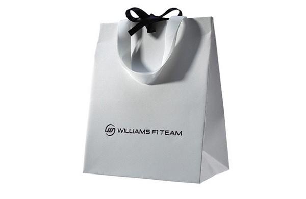 In túi giấy có quai đựng quà, dễ cầm, nắm khi di chuyển