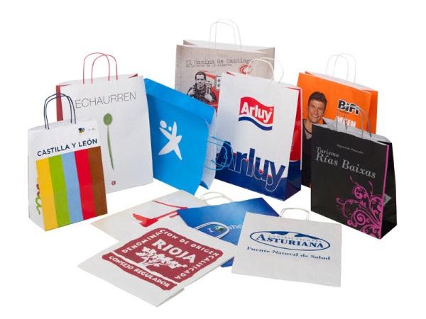 In túi giấy đựng quà tặng vào những dịp đặc biệt của các cơ sở kinh doanh cũng là cách quảng cáo thương hiệu