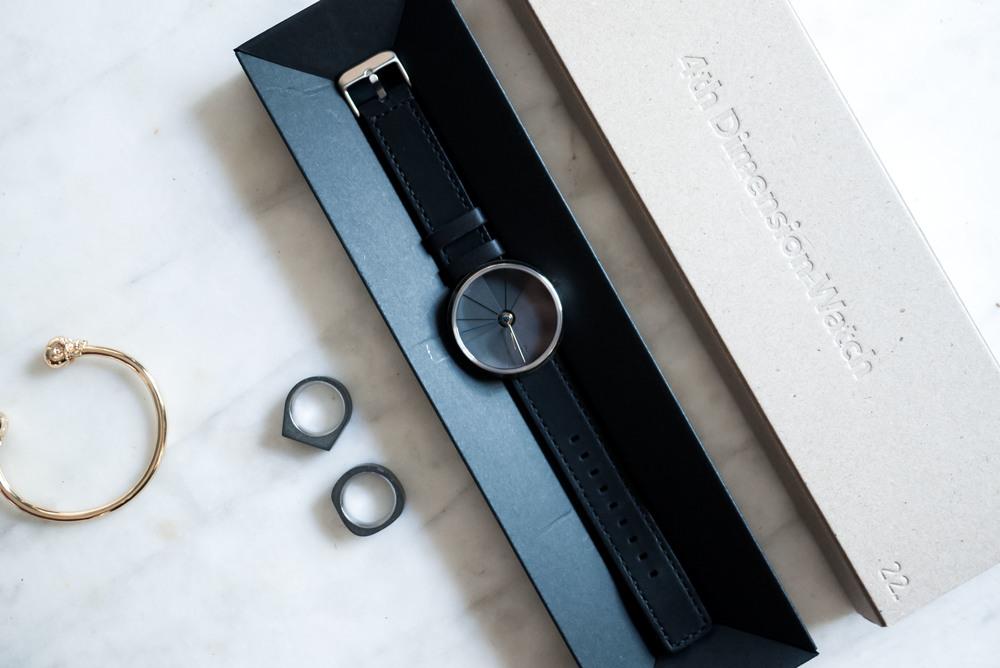 Thay vì cuộn tròn hoặc gập đồng hồ lại thì thiết kế này sẽ giúp khách hàng nhìn thấy mọi mặt của sản phẩm.