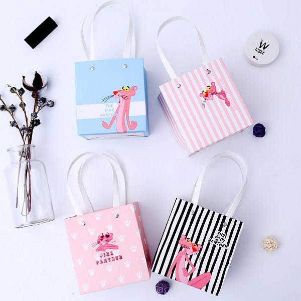 Thiết kế túi giấy đựng quà tặng dành cho thiếu nhi, màu sắc và chi tiết thiết kế đặc trưng