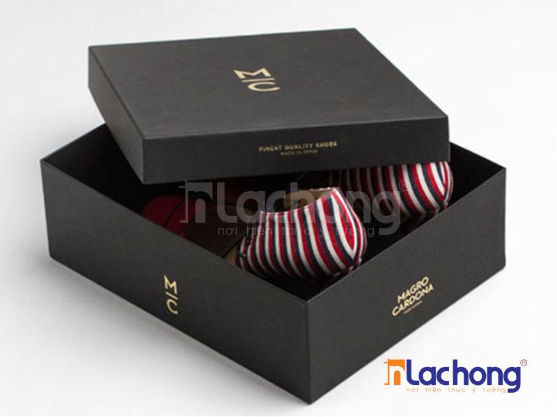 Hộp âm dương đựng giày, nắp hộp được thiết kế để đậy được nửa hộp, logo được ép nhũ để làm nổi bật được tên thương hiệu