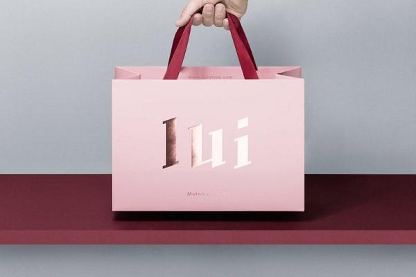 In túi giấy có quai xách và logo là kiểu bao bì túi giấy được sử dụng phổ biến nhất hiện nay.