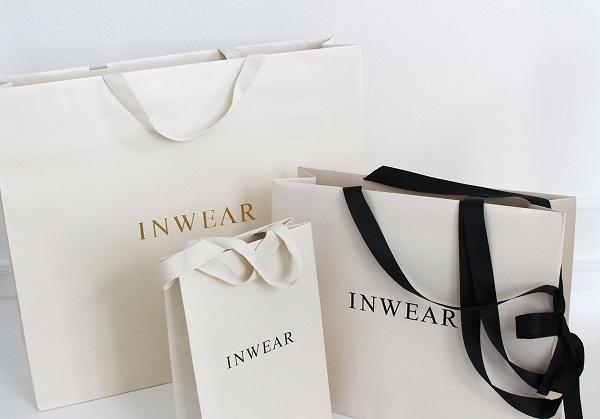 In túi giấy có quai xách là dây ruy băng làm tăng tối đa giá trị thẩm mỹ cho bao bì túi giấy.