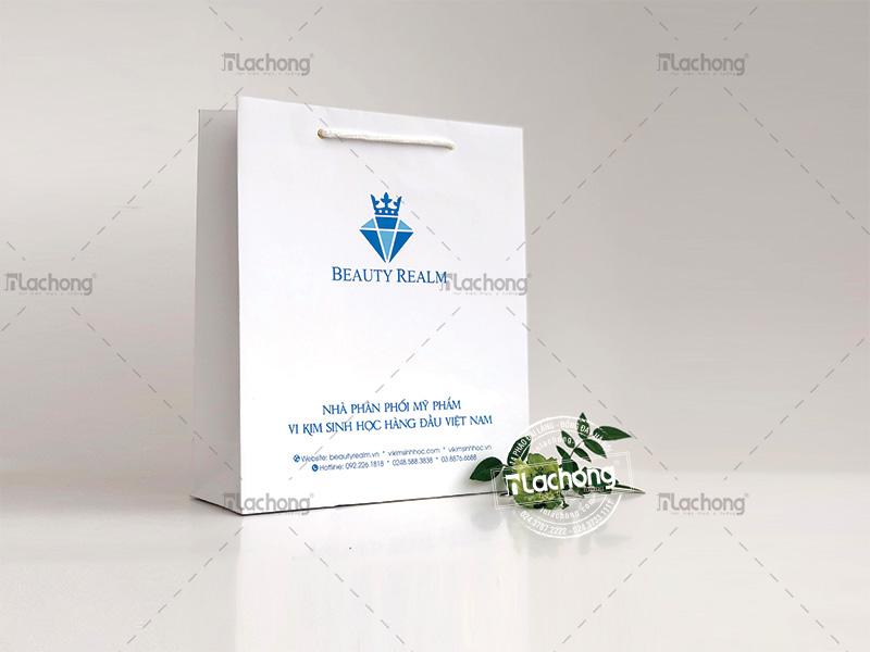 BEAUTY REALM - logo thương hiệu được thiết kế thu hút trên bề mặt in túi giấy.