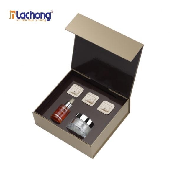 Vỏ hộp carton lạnh thường được sử dụng thêm khay định hình (chất liệu: cao su non) để cố định sản phẩm và gia tăng sự sang trọng hơn