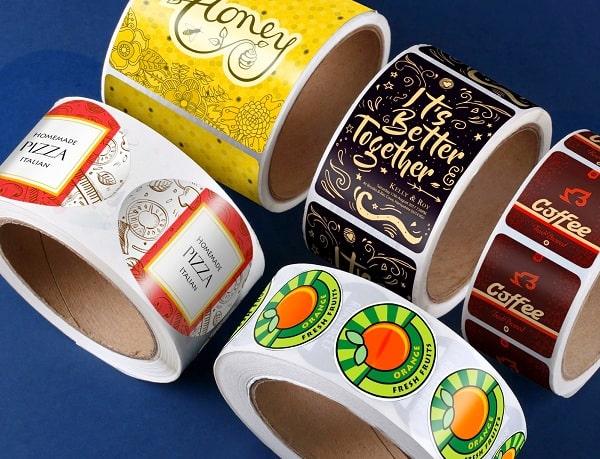 Tem, nhãn cuộn sản phẩm được chia thành từng khoảng nhỏ đều nhau để dễ bóc, dán