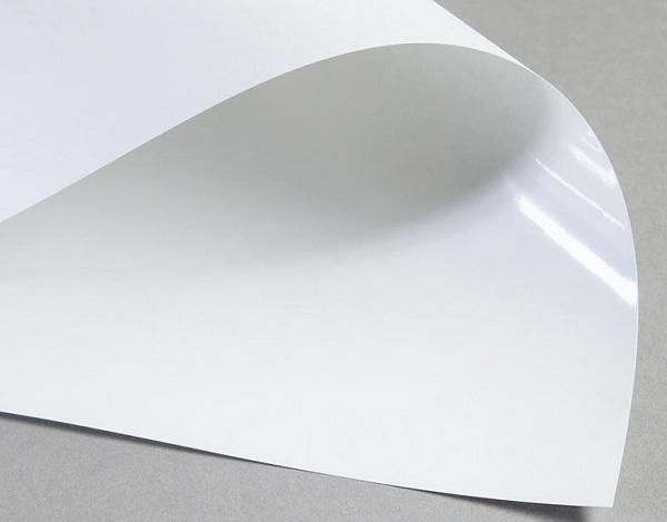 Chất liệu giấy Couches có bề mặt láng, mịn, bóng phù hợp để làm tem nhãn giá rẻ