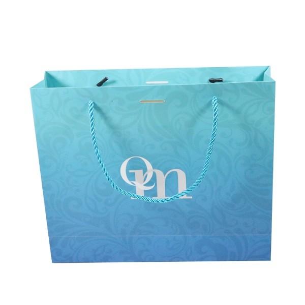 Mẫu thiết kế túi giấy đựng quà lớn với màu sắc bắt mắt và hoa văn được dập nổi