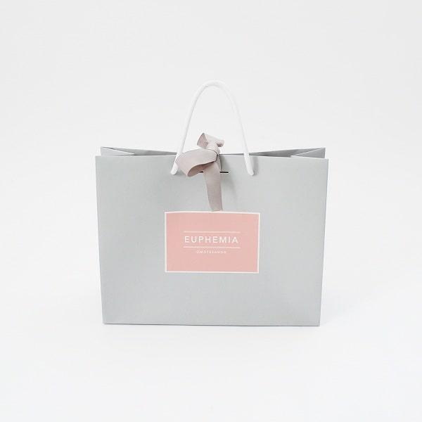 Túi giấy với tông màu nhẹ nhàng đang được nhiều shop quần áo lựa chọn